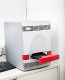 Analizador médico en laboratorio Fotos de archivo libres de regalías
