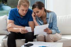 Analizando el presupuesto familiar en casa Fotos de archivo
