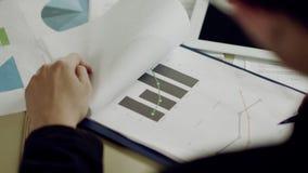 Analizar cartas en oficina metrajes