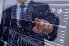 analizar cartas y gráficos de la renta con la calculadora fotografía de archivo
