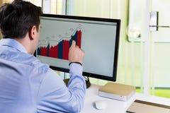Analizar datos financieros Imágenes de archivo libres de regalías