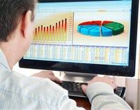 Analizar datos sobre el ordenador. Imagen de archivo libre de regalías