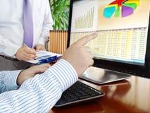 Analizar datos sobre el ordenador. Fotografía de archivo libre de regalías