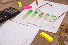 Analizar gráficos de la inversión con el ordenador portátil Imagenes de archivo