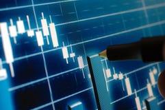 Analizar la carta del mercado de acción Imagen de archivo libre de regalías