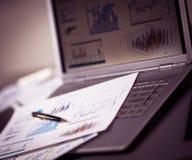 Analizować inwestycj mapy z laptopem fotografia stock