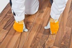 analizujący pęknięcie floor drewnianego pracownika obrazy royalty free