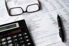 analizy biznesowego składu euro pieniężny szkieł dochodu atramentu pieniądze pióra oświadczenie Pieniężna analiza - dochodu oświa fotografia stock