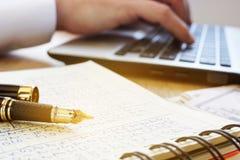 analizy wykresów rynku zapas Księgowy praca na księdze głównej i laptopie Zdjęcia Royalty Free
