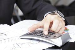 Analizzare di dati finanziari Fotografia Stock Libera da Diritti