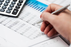 Analizzare di dati finanziari. Contando sul calcolatore. Immagini Stock Libere da Diritti
