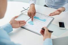 Analizzare documento finanziario Immagini Stock Libere da Diritti