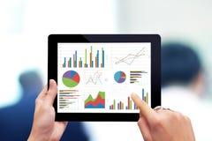 Analizzare grafico con la compressa immagine stock libera da diritti