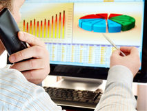 Analizzare i dati sul calcolatore. Immagini Stock
