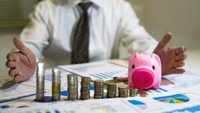 analizzare i grafici ed i grafici di reddito con il calcolatore fotografia stock