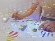 analizzare i grafici ed i grafici di reddito con il calcolatore Fine in su Analisi finanziaria di affari e concetto di strategia fotografia stock
