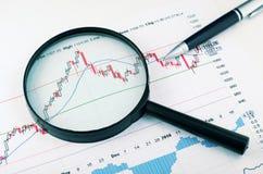Analizzare il mercato azionario fotografia stock libera da diritti