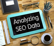 Analizzare SEO Data Handwritten sulla piccola lavagna 3d Fotografia Stock