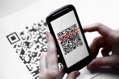 Analizzatore del cellulare di codice di QR Fotografie Stock Libere da Diritti