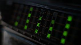 Analizzatore di spettro d'annata con le luci verde stock footage