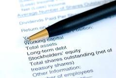 Analizzi il rendiconto finanziario Fotografia Stock Libera da Diritti
