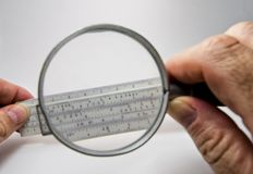 Analog dator för gammal slipstick för glidbanaregel för matematiska calcululs Royaltyfri Bild