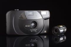 Analoge automatische compacte camera met 35mm geïsoleerde filmcassette Stock Foto's