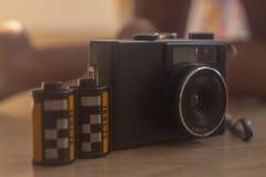 Analoge Kamera mit seinen 35mm Filmen lizenzfreies stockbild