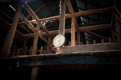 Analoge klok in oude scherende loods stock foto's