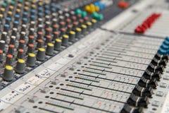 Analoge mischende Audiokonsole stockbild
