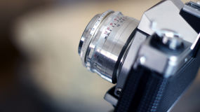 Analoge SLR-Kamera mit Linse im alten Stil stockfoto