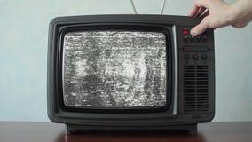 Analoge TV met signaal slechte interferentie, schakelende kanalen stock videobeelden