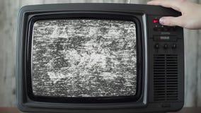 Analoge TV met signaal slechte interferentie, schakelende kanalen stock video