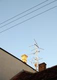 Analoge TVantenne op dak stock afbeelding