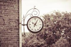 Analoge Uhr auf einer Wand Stockfoto