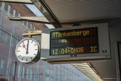 Analoge Uhr mit digitaler Informationstafel lizenzfreies stockbild
