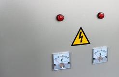 Analoge voltmeter twee op een grijze achtergrond Stock Foto's