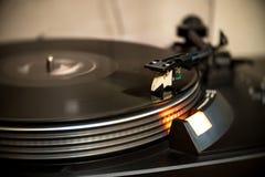 Analoger Drehscheiben-Vinylrekordspieler Stockbilder