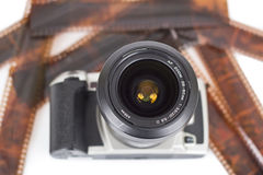 Analogowa kamera i negatywy odizolowywający zdjęcie stock