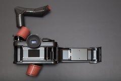 Analogowa refleksowa kamera i rolka film fotografia royalty free