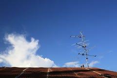 Analogowa tv antena na dachu z niebieskiego nieba tłem Fotografia Royalty Free