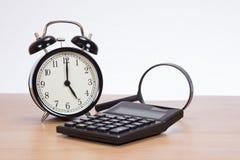 Analogu zegar, kalkulator i powiększać, - szkło zdjęcia royalty free