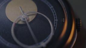 Analoog horloge die, het tellende schot van het tijd macroclose-up werken stock footage
