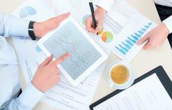 Analítica do negócio com ipad da maçã Foto de Stock