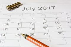 Analys av en kalender Juli Royaltyfri Fotografi