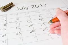 Analys av en kalender Juli Royaltyfria Foton