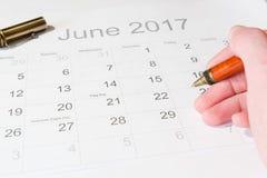 Analys av en kalender Juni Arkivbilder