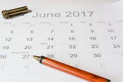 Analys av en kalender Juni Arkivfoton