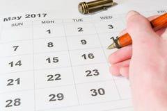 Analys av en kalender Maj royaltyfria foton