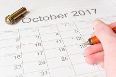 Analys av en kalender Oktober Arkivbild